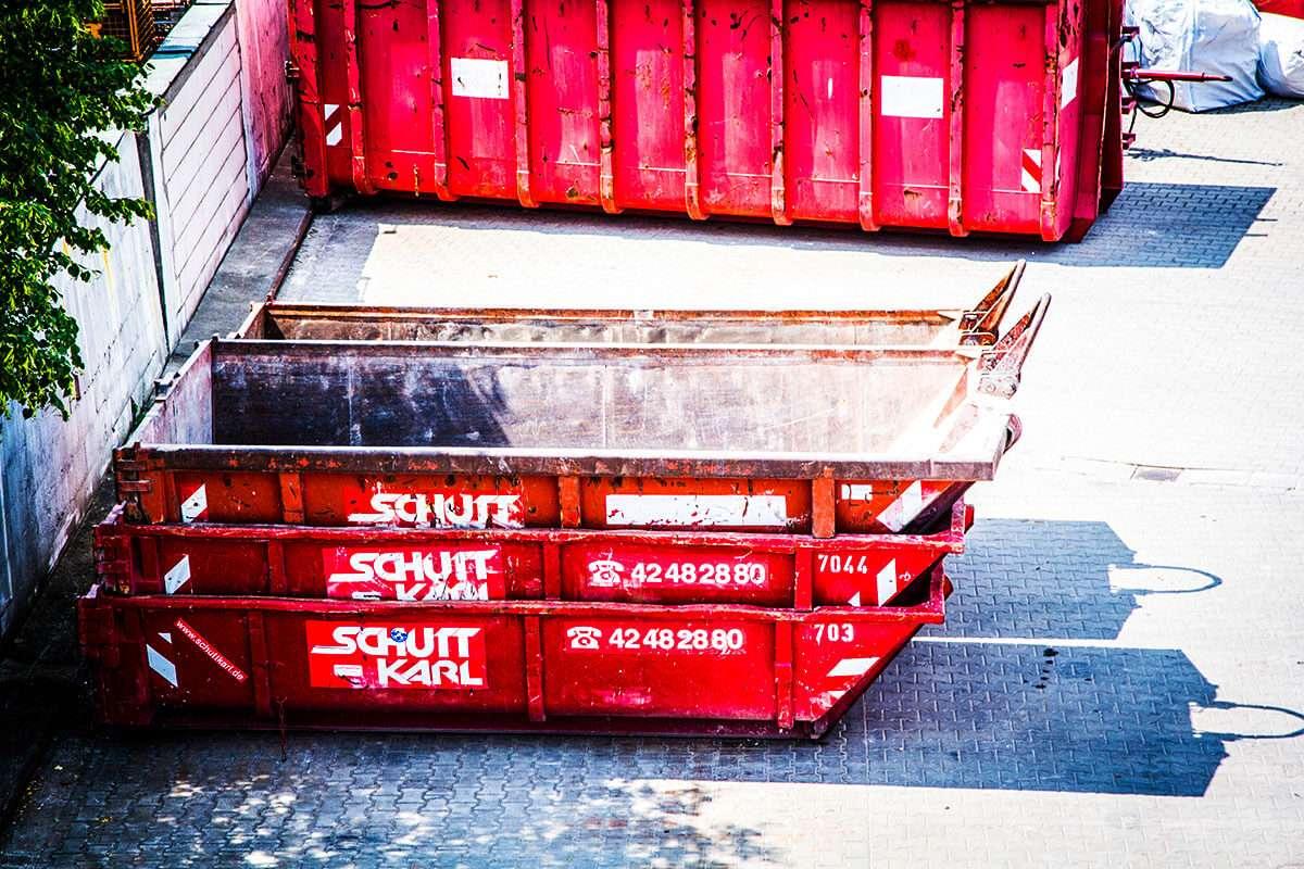 Schutt Karl | Containerstapel Firmengelaende
